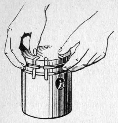 Снятие поршневых колец с помощью тонких пластинок