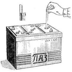Проверка уровня электролита в аккумуляторной батарее