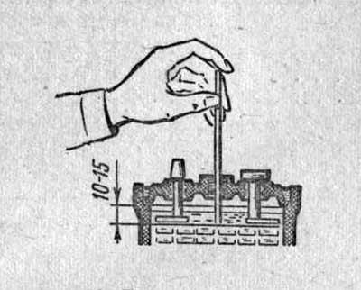 Проверка уровня электролита в аккумуляторах батареи