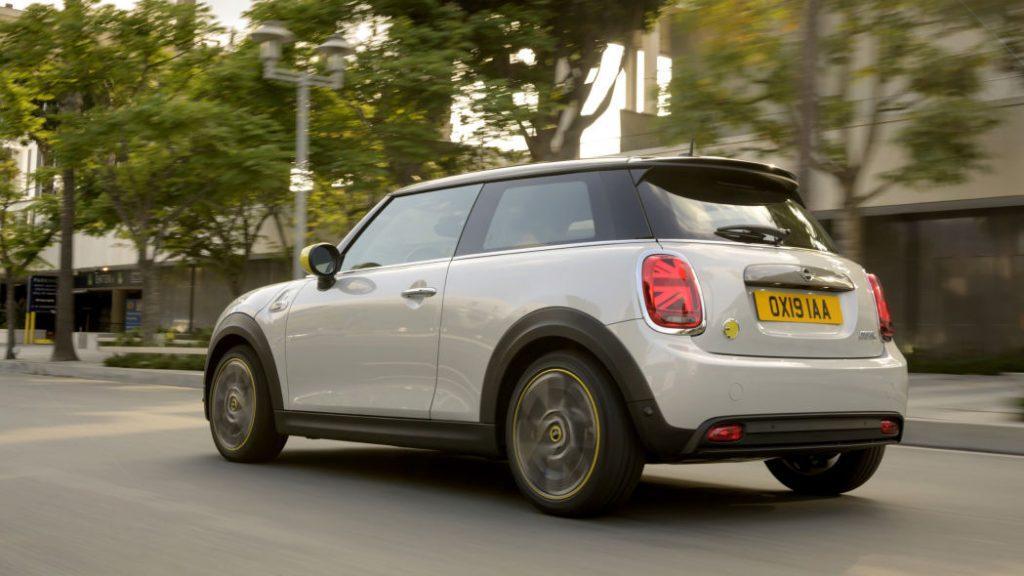 Mini Cooper SE с электроприводом вид сзади