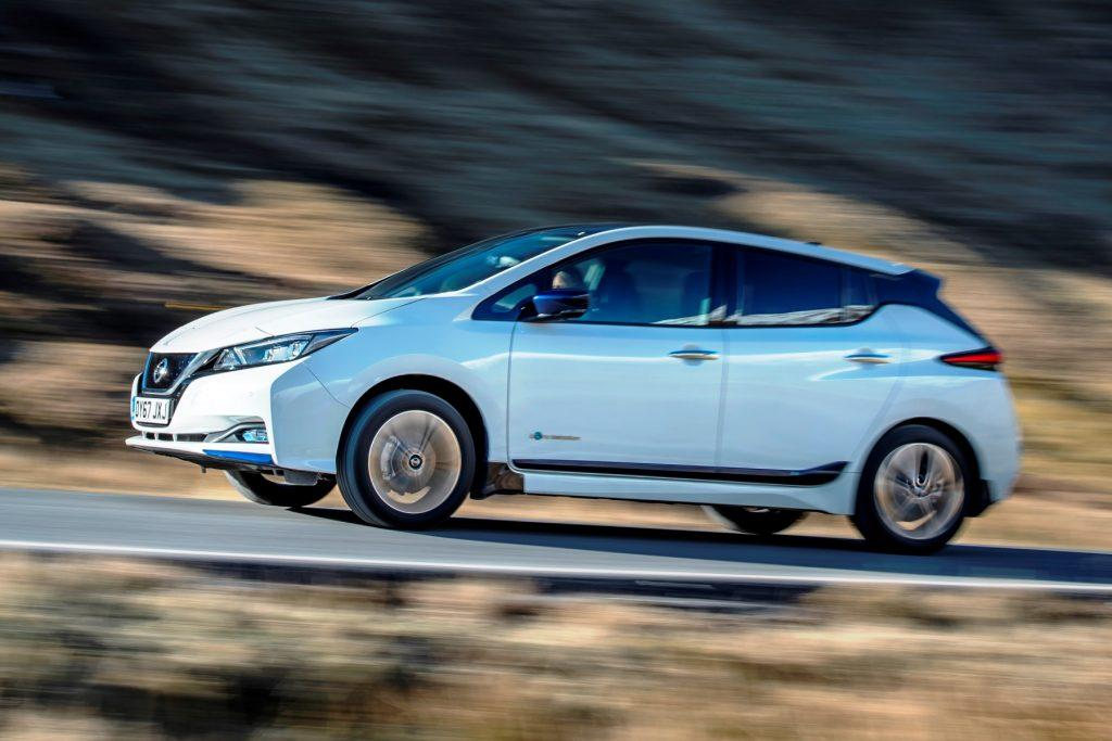 Nissan Leaf вид справа в движении по дороге